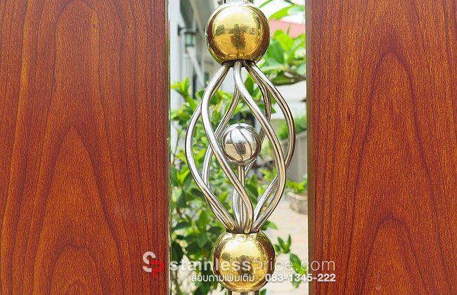 ลูกบอลสีทอง2ลูกอยู่ด้านบนและด้านล่างของตะกร้อสแตนเลส