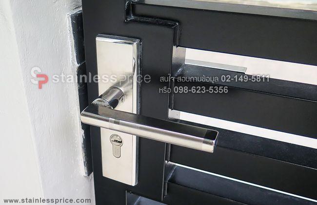 มือจับใส่กับประตูรั้วสีดำ